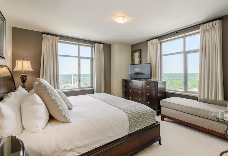 Broadway Plaza, Rochester, 3 Bedroom Executive Unit with 1 King bed, 1 Queen bed and 1 Full bed., Room