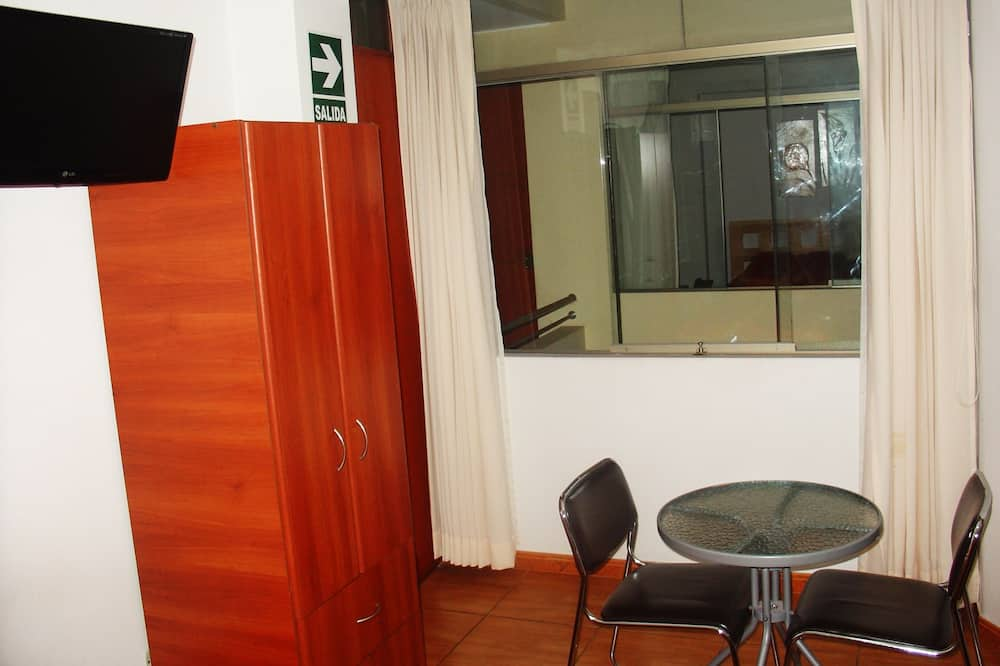 Dvivietis kambarys (2 viengulės lovos) - Svetainės zona