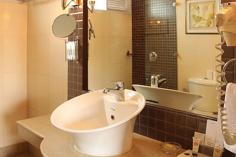 Deluxe Double Room, 1 Double Bed, Smoking, City View - Bathroom Sink
