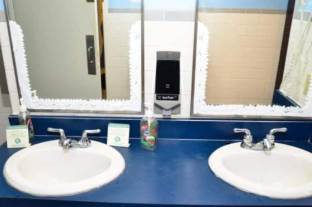 Wspólny pokój wieloosobowy o podstawowym wyposażeniu, koedukacyjny pokój wieloosobowy (8-bed) - Umywalka