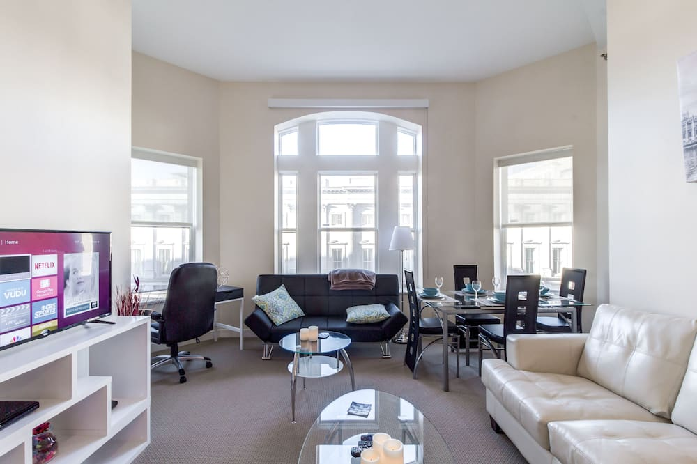 Premium Apartment, 2 Bedrooms, 2 Bathrooms, City View - Living Room