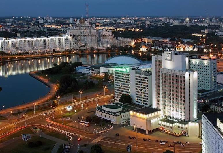 Hotel Yubileiny, Minsk, Hotelfassade am Abend/bei Nacht
