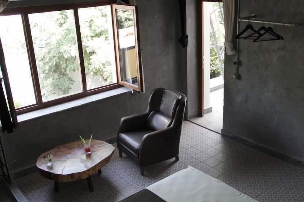 Szoba kétszemélyes ággyal, erkély - Nappali rész