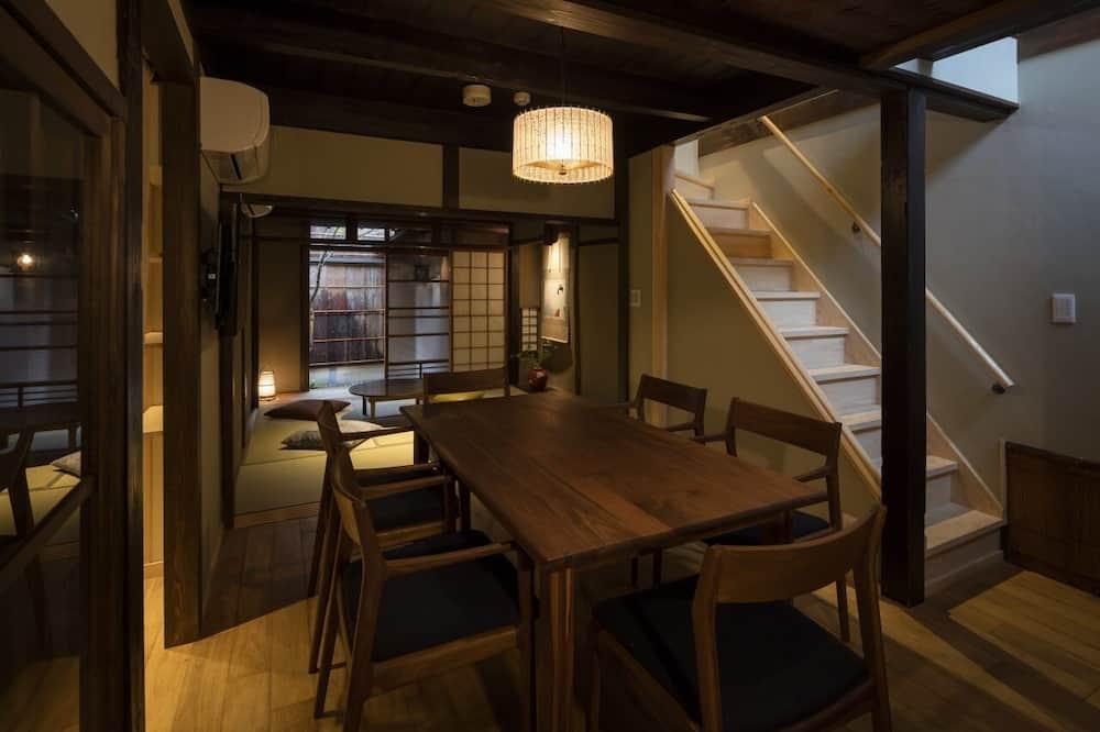 Traditional-Stadtwohnung - Essbereich im Zimmer