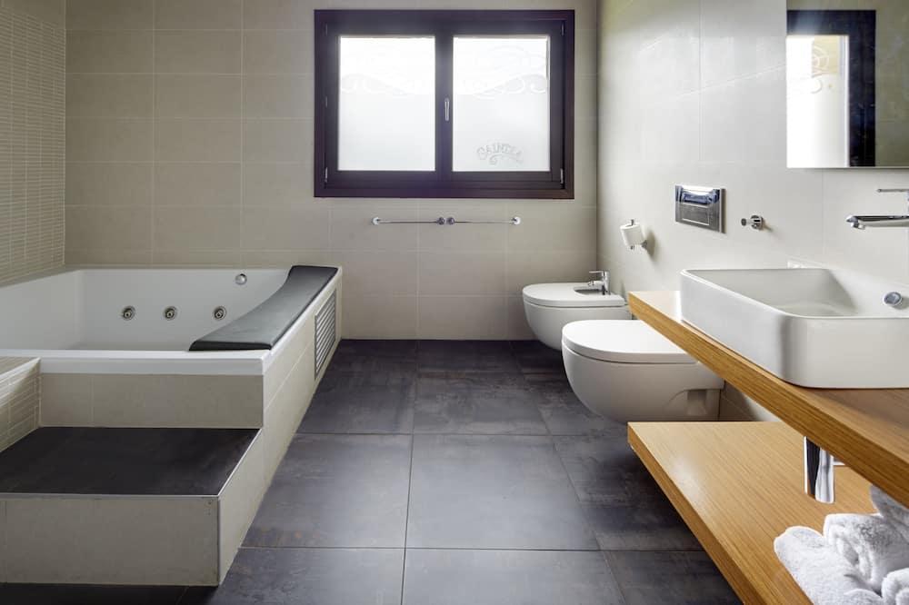 Apartmá s ložnicí a obývacím koutem, vířivka, výhled na hory (Superior) - Koupelna