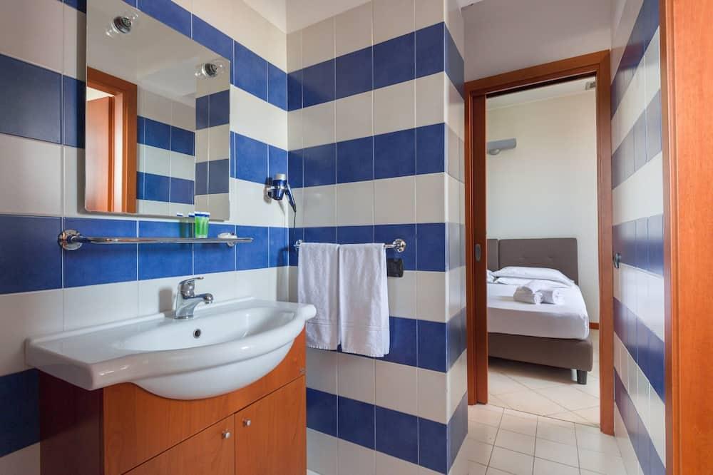 Trīsvietīgs numurs, divas guļamistabas, savienoti blakusnumuri - Vannasistaba