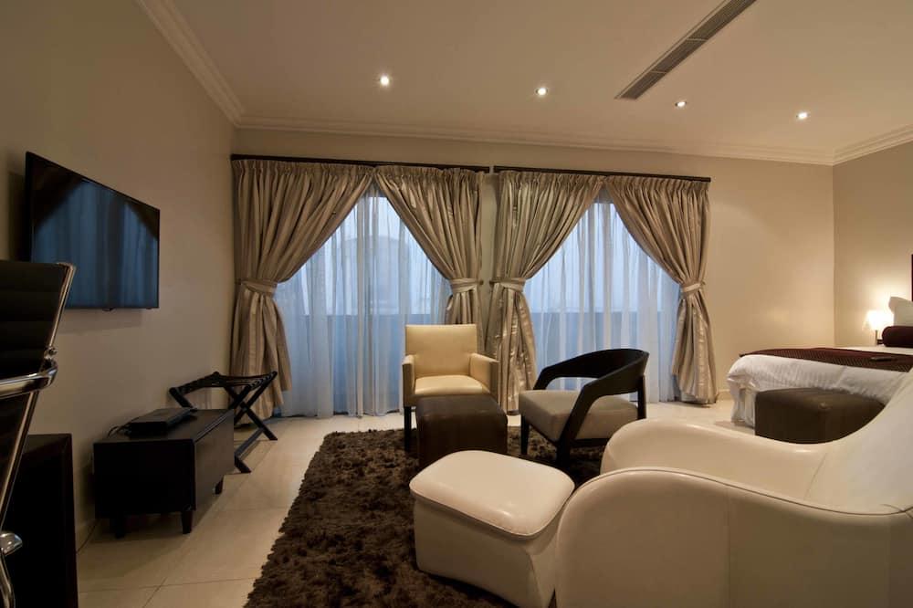 Deluxe Studio Suite, 1 King Bed, Kitchenette - Living Area