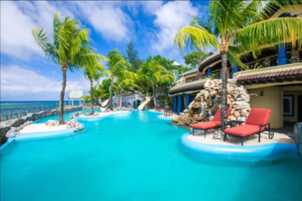 Sueños Grandes Three-Bedroom Poolside Villa - Outdoor Pool