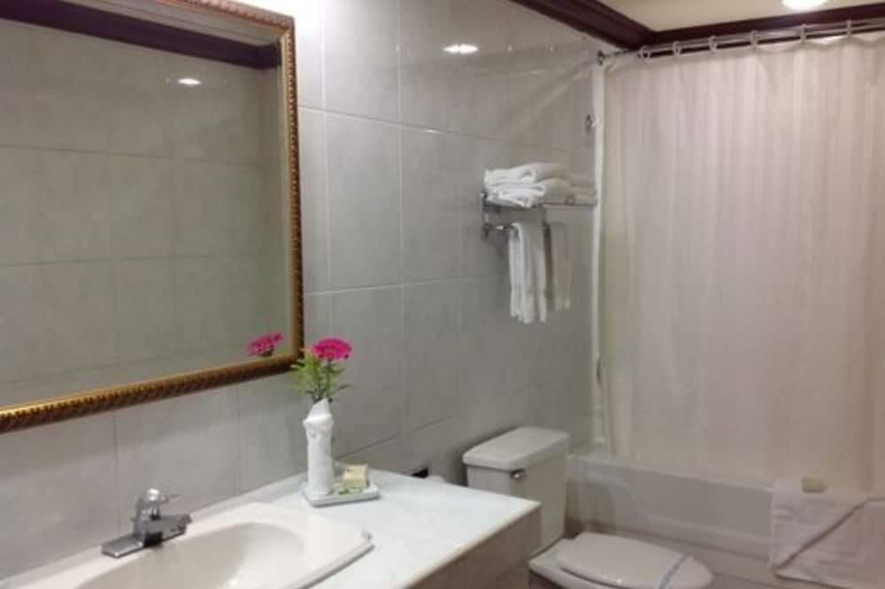 Standard Double Room Single Use, Accessible, City View - Bathroom