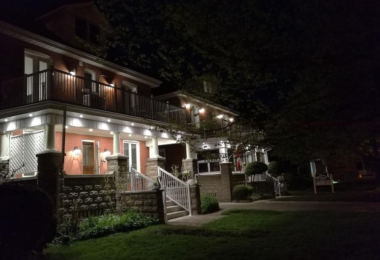 Ambassador B&B Guest Home, Стретфорд, Фасад готелю (вечір/ніч)