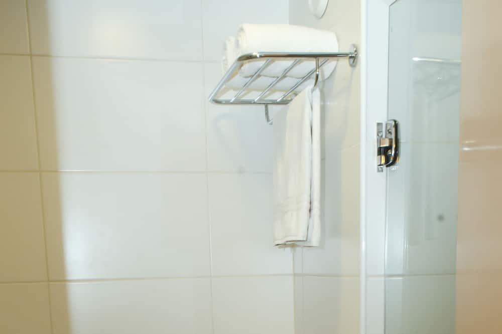 Standaard tweepersoonskamer, 1 slaapkamer, Toegankelijk voor mindervaliden, Uitzicht op de stad - Badkamer