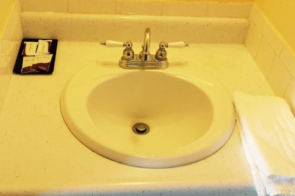 雙人房, 2 張標準雙人床 - 浴室洗手台