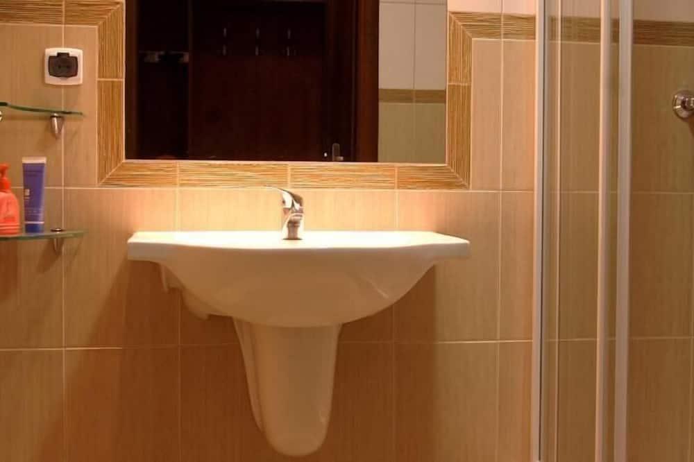 Studio apartman, 2 spavaće sobe, pogled na planinu - Umivaonik u kupaonici