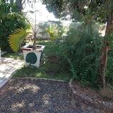 Deluxe Twin Room, 1 Bedroom, Accessible, Garden Area (Queen) - Living Area