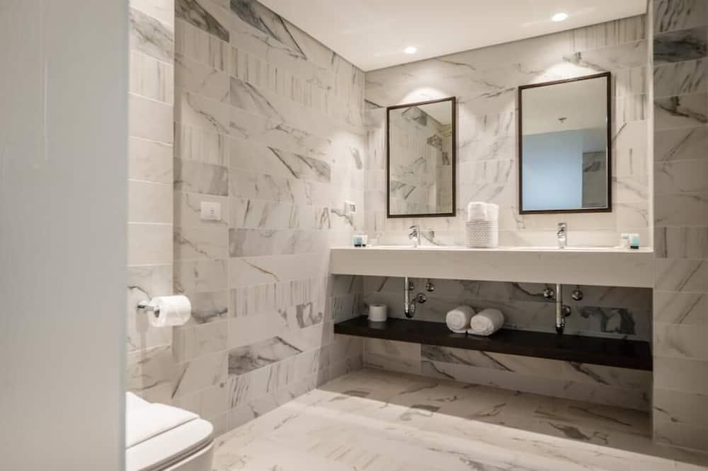 Executive-Doppelzimmer, Buchtblick - Waschbecken im Bad