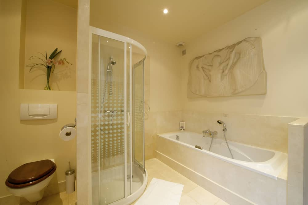 Deluxe Double Room, 1 King Bed, Jetted Tub, Courtyard View - Bathroom