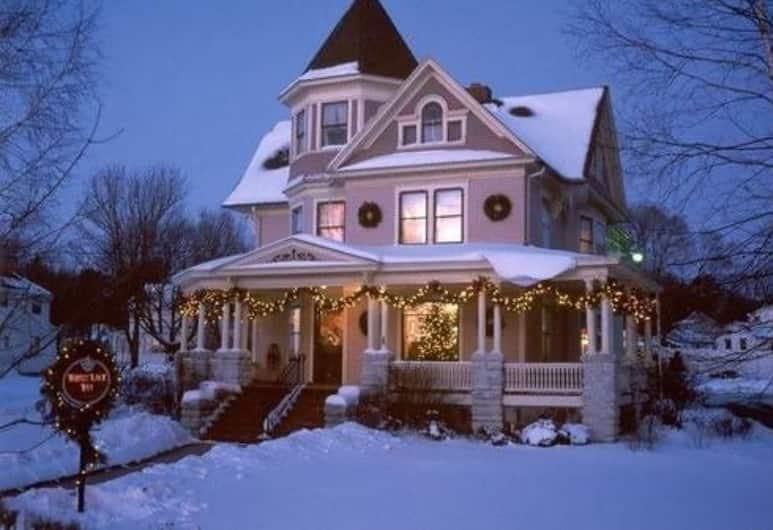 White Lace Inn, Стержн-Бей, Фасад отеля вечером/ночью