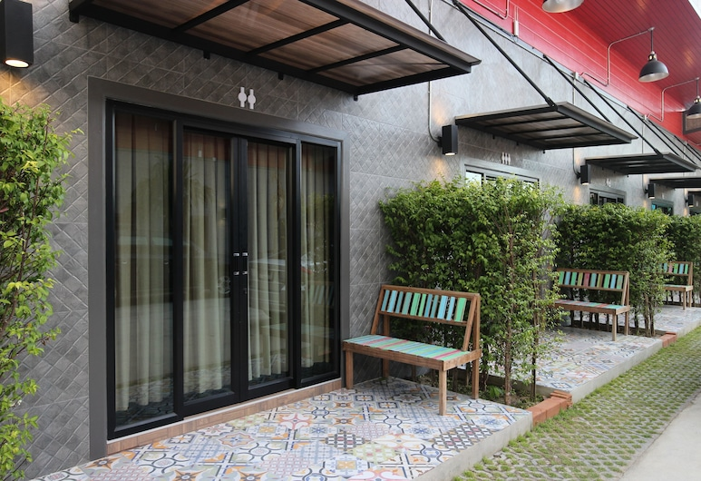 One Beat Vintage & Bistro, Chonburi, Signature Double Room, 1 King Bed (Vintage Style), Terrace/Patio