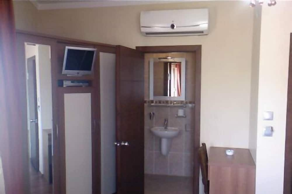 Dobbeltværelse med dobbeltseng eller 2 enkeltsenge - Vask på badeværelset