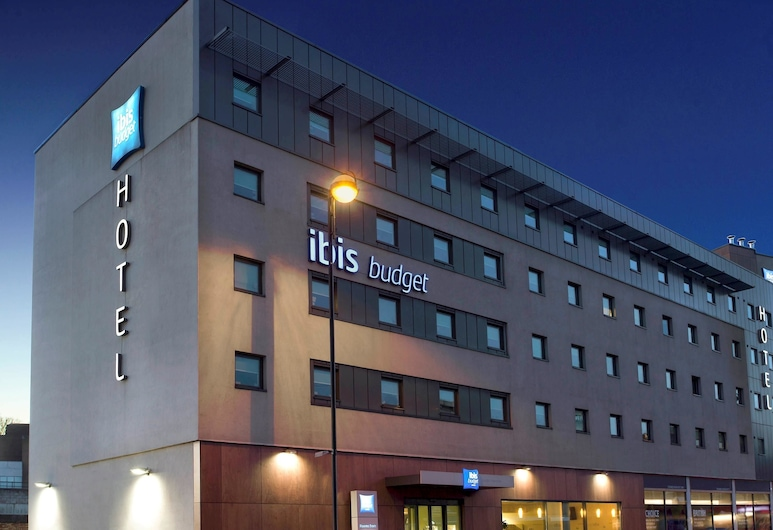 ibis budget London Hounslow, Hounslow, Hotelfassade am Abend/bei Nacht