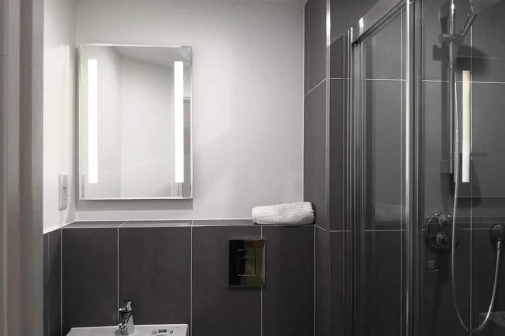 Dvojlôžková izba, viacero postelí - Kúpeľňa