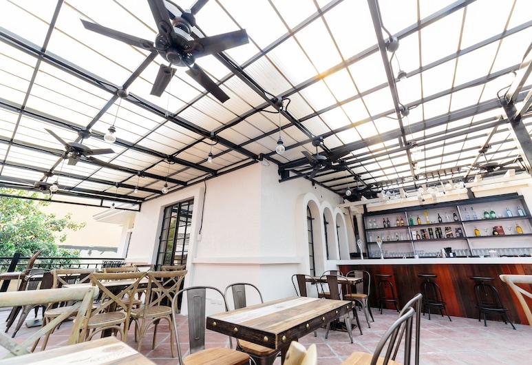 坦巴昂膠囊青年旅舍, 馬尼拉, 飯店內酒吧