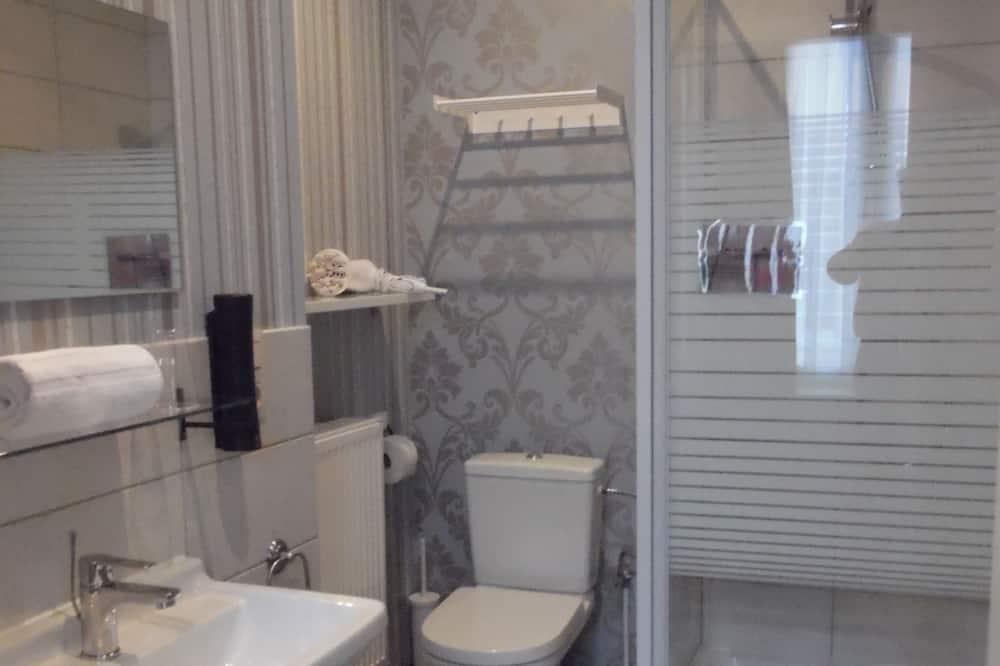 Standartinio tipo dvivietis kambarys, iš miegamojo pasiekiamas vonios kambarys - Vonios kambarys