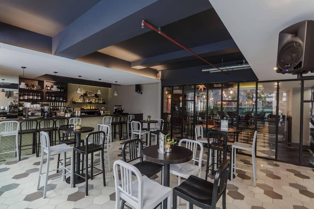 Bar Tepi Kolam
