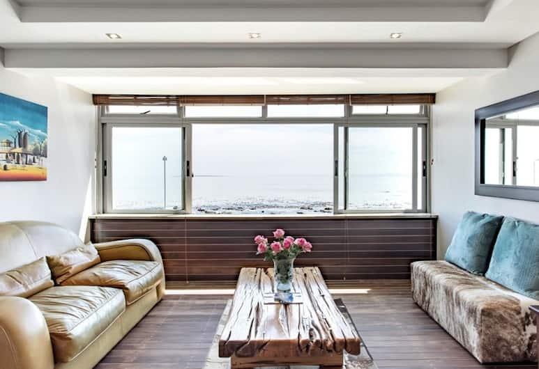 Bantry Beach Seaview Apartments, Cape Town, Studio 2 - Mouille Point beachfront, Living Area