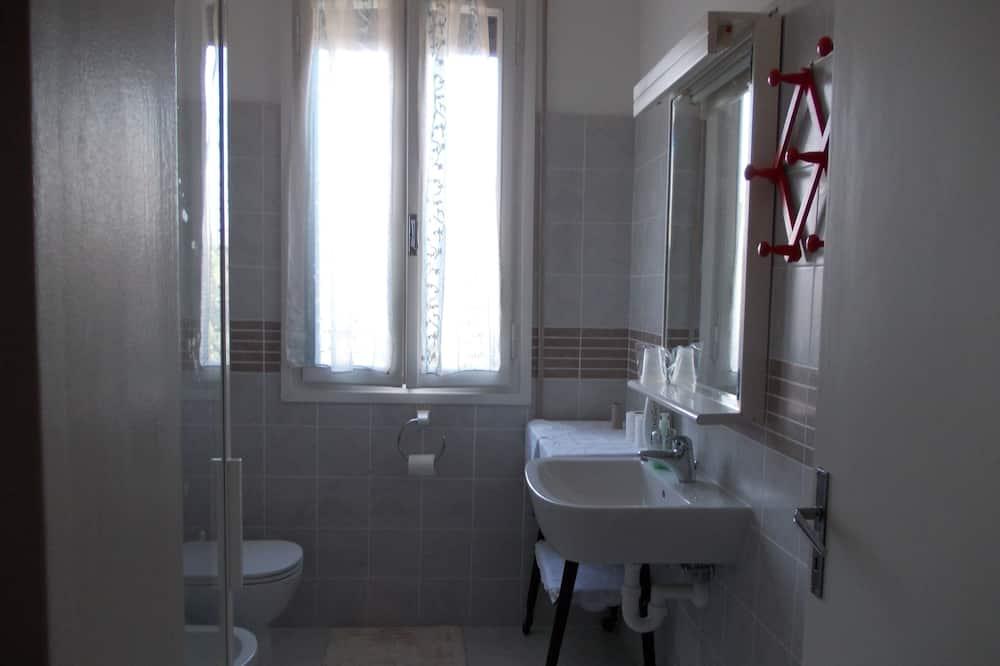 Deluxe Quadruple Room, 1 Bedroom, Private Bathroom, City View - Bathroom