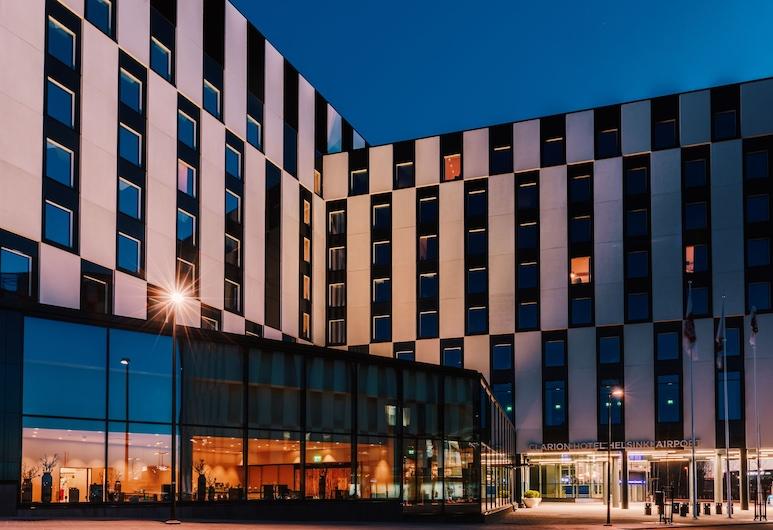 Clarion Hotel Aviapolis, Vantaa, Hotellin julkisivu illalla/yöllä