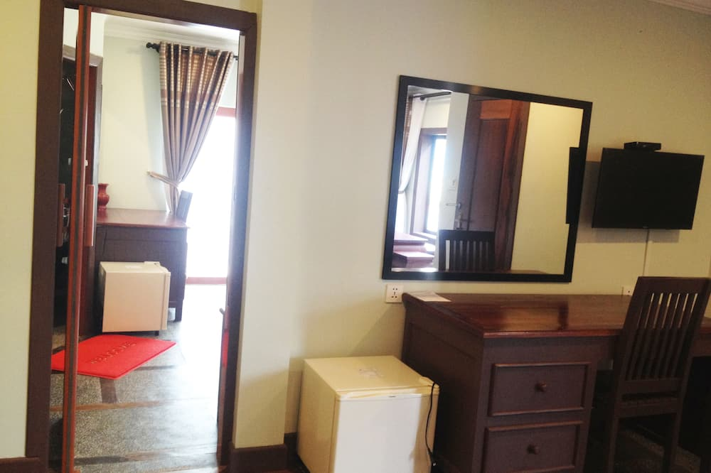 Family Suite Pool View-Free Round-Trip Airport Transfers and Shuttles to Town - Living Area