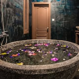 Family Suite Pool View-Free Round-Trip Airport Transfers and Shuttles to Town - Deep Soaking Bathtub