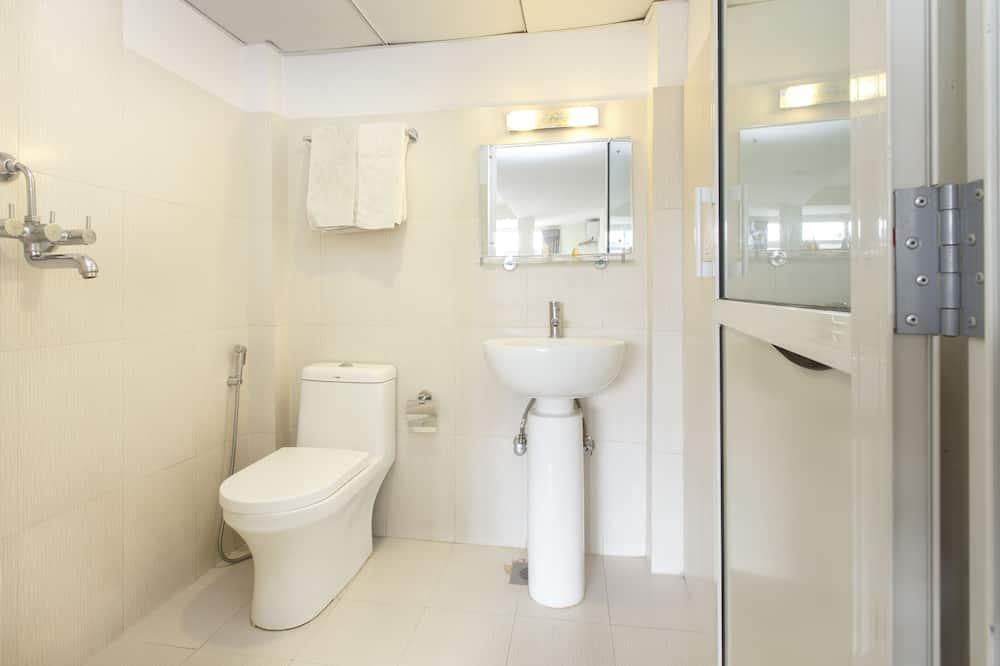 Habitación estándar con 1 cama doble o 2 individuales, 2 camas individuales - Cuarto de baño