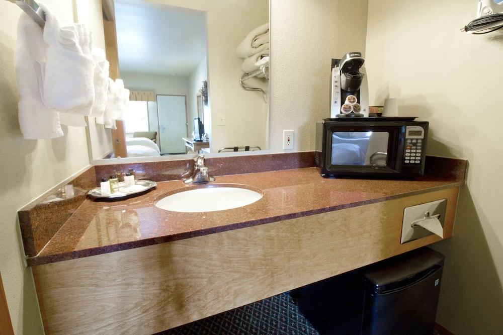 Standard Room, 2 Queen Beds - Microwave