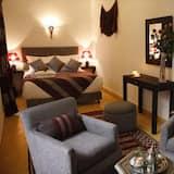 סוויטת סיניור, מיטה זוגית וספה נפתחת, נוף לחצר - אזור מגורים