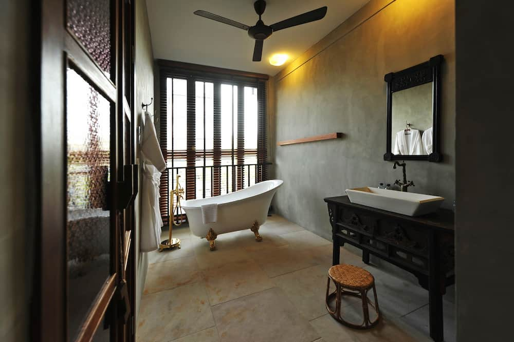 Deluxe Family Room, Canal View - Bathroom