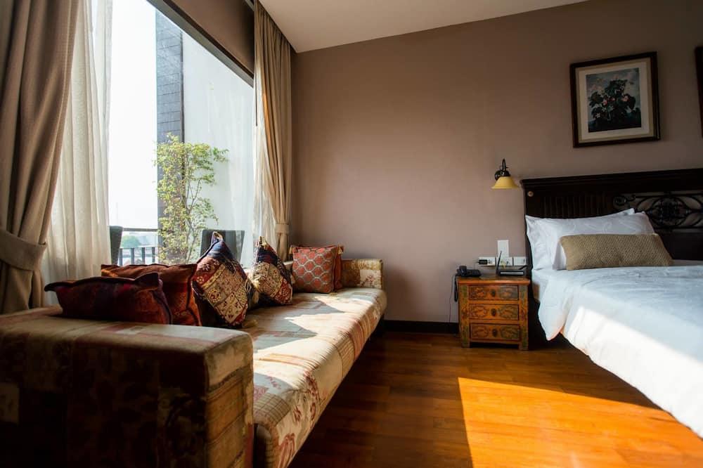 ห้องดีลักซ์, เตียงใหญ่ 1 เตียง, ระเบียง, วิวแม่น้ำ - พื้นที่นั่งเล่น