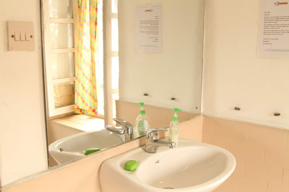 Doppelzimmer zur Einzelnutzung, 1 Doppelbett - Waschbecken im Bad