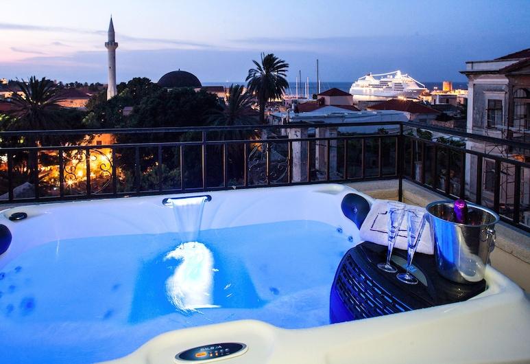 In Camera Art Boutique Hotel, Rhodos, Master Suite, outdoor hot tub (Forms of Light), Privéspabad