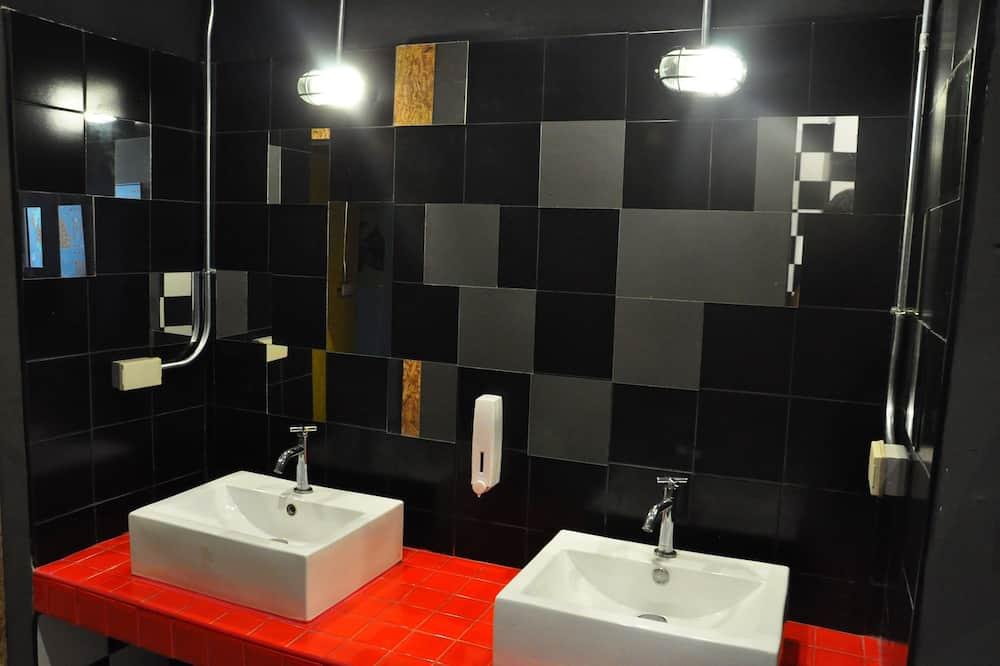 Bed in 6-Bed Female Dormitory Room (Tuk Tuk) - Bathroom
