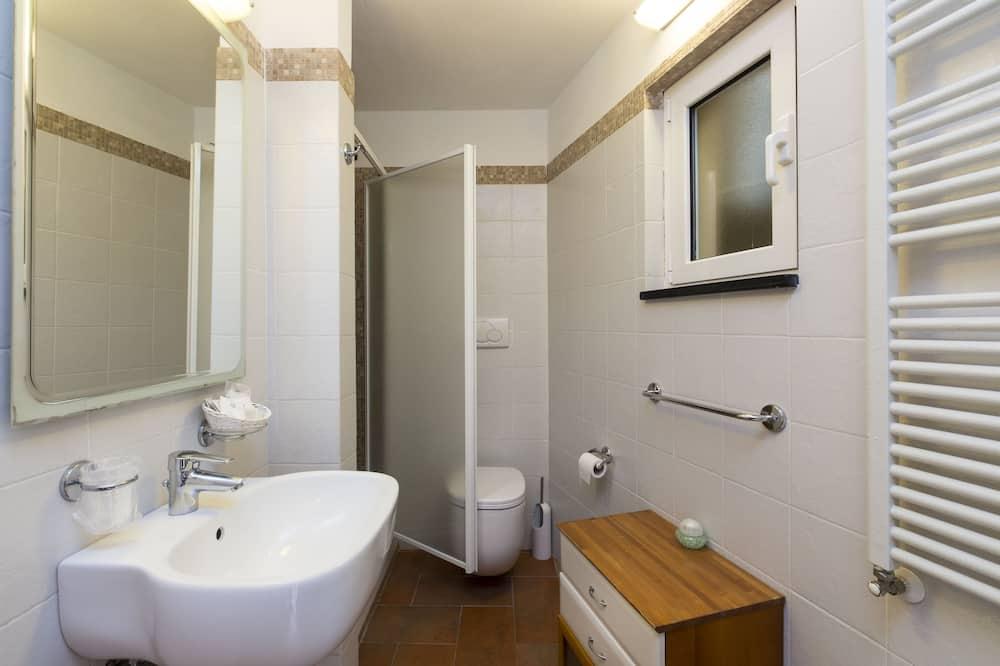 Dobbeltrom – deluxe, 1 dobbeltseng, kjøleskap, utsikt mot bukt - Bad