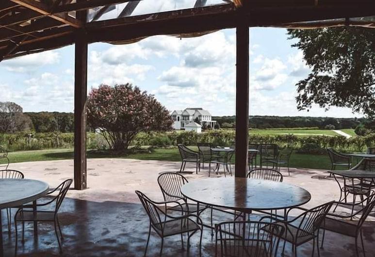 Tara Vineyard and Winery, Athens, Tempat Makan Luar