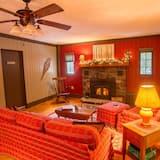 غرفة - سرير كبير - منطقة المعيشة
