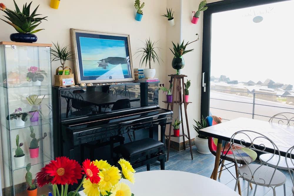 Deluxe tweepersoonskamer, 1 slaapkamer, Uitzicht op zee - Woonruimte