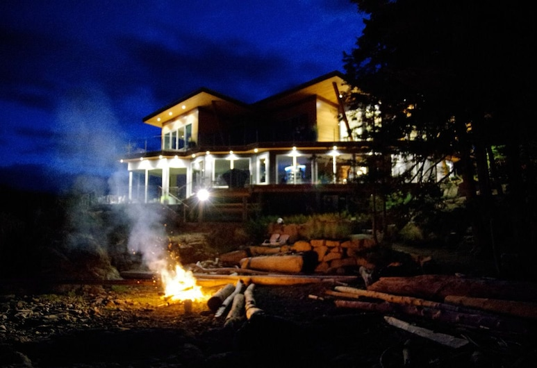 Pointhouse Suites On Sargeant Bay, Halfmoon Bay, Hotellets facade - aften/nat