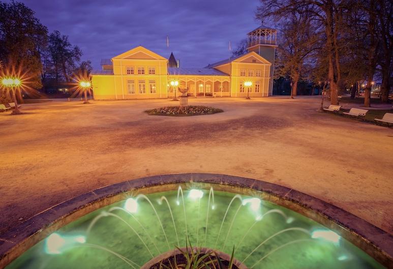 Kuursaal Guesthouse, Saaremaa, Fassaad õhtul/öösel