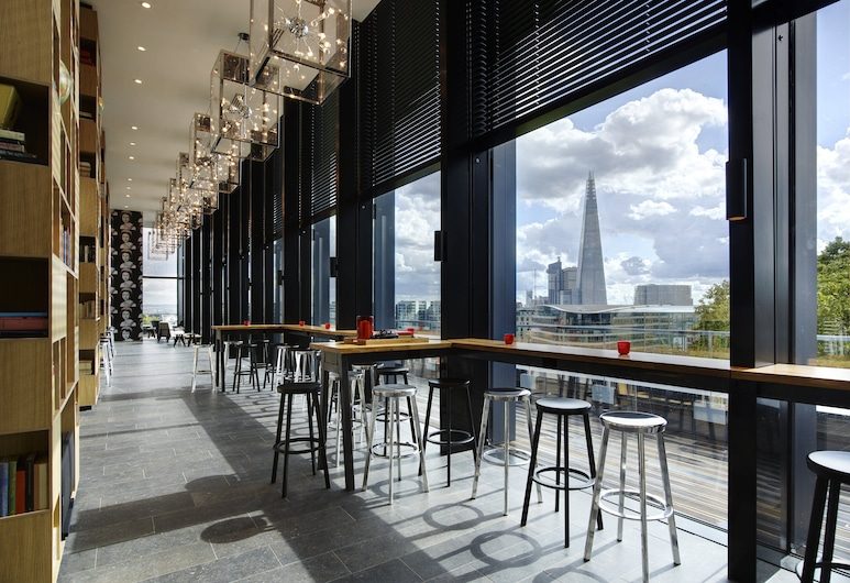 citizenM Tower of London, Londres, Bar del hotel