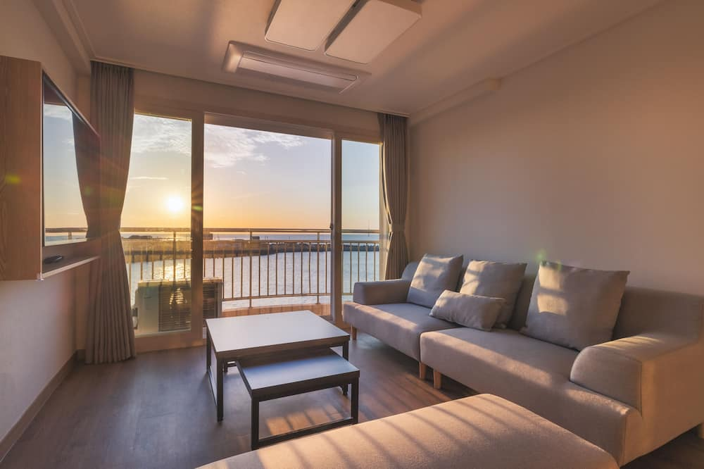 [24 HOUR STAY 1 PM to 1 PM] Premium Room, 3 Bedrooms, Ocean View + 2 Free Welcome Drinks - Phòng khách