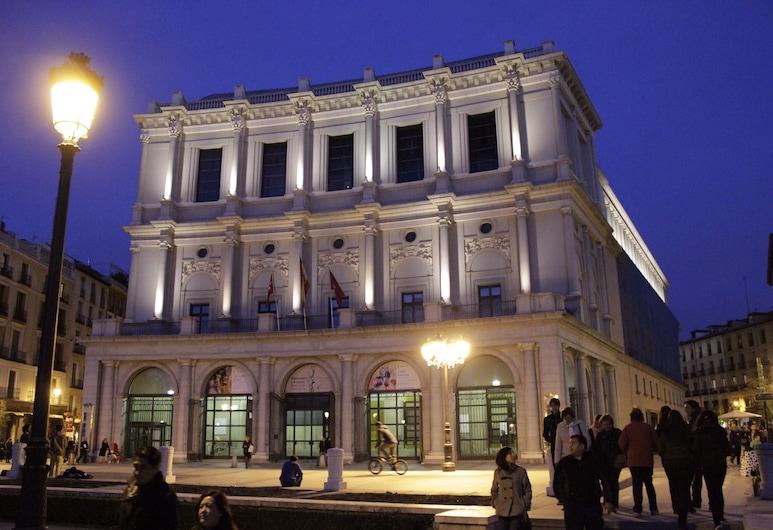 أورينت سويتس, مدريد, واجهة المنشأة - مساءً